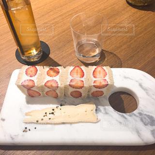 近くのテーブルの上に食べ物をの写真・画像素材[898010]