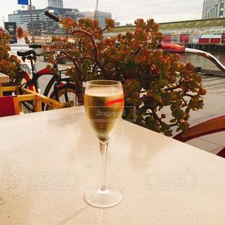 テーブル ワインのグラスの写真・画像素材[927945]