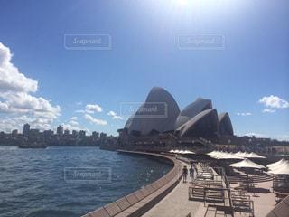 水の体の上のシドニー ・ オペラ ・ ハウスの写真・画像素材[1020648]