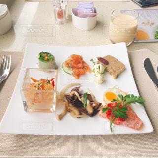 テーブルの上に食べ物のプレートの写真・画像素材[1157070]