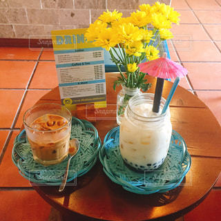 木製のテーブルの上に座ってサンドイッチの写真・画像素材[1415057]