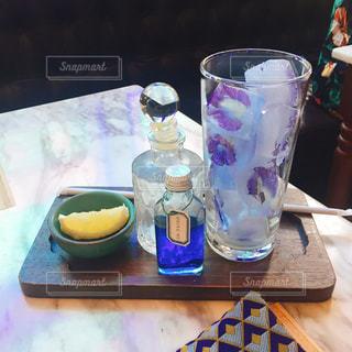 テーブルの上のコーヒー カップの写真・画像素材[1415075]