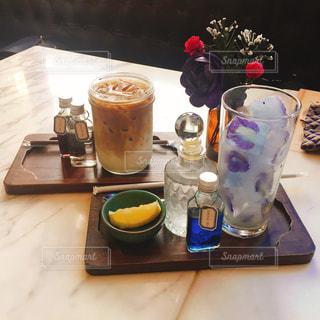 テーブルの上のコーヒー カップの写真・画像素材[1415080]