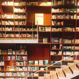 近くに図書の棚の本でいっぱいの写真・画像素材[1600095]