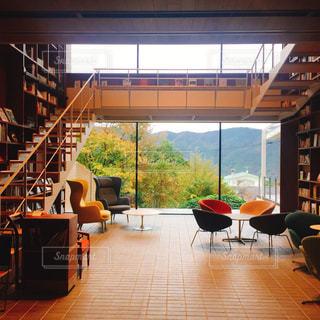 部屋の家具と大きな窓いっぱいの写真・画像素材[1600251]