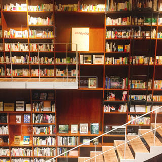 近くに図書の棚の本でいっぱいの写真・画像素材[1600300]
