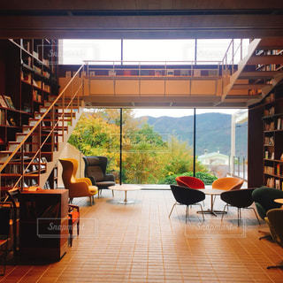 部屋の家具と大きな窓いっぱいの写真・画像素材[1600321]