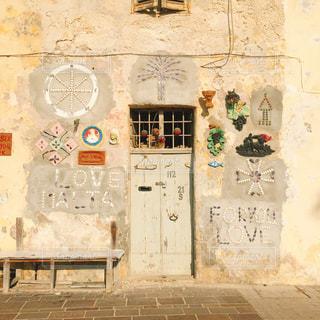 建物の側に落書きの写真・画像素材[1818692]