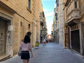 女性,海外,後ろ姿,旅行,イタリア,うしろ姿,マルタ島,街歩き,ヴァレッタ,マルタ共和国,要塞都市