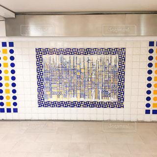 青と白のタイル張りの床の写真・画像素材[2231371]