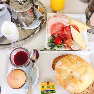 テーブルの上の食べ物の皿の写真・画像素材[2266560]