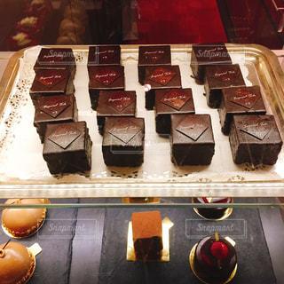 トレイにチョコレートケーキの束の写真・画像素材[2266571]