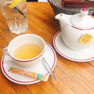 テーブルの上でコーヒーを一杯飲むの写真・画像素材[2284708]