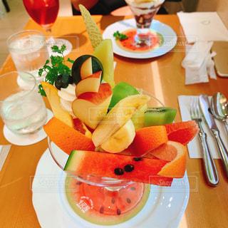 テーブルの上の食べ物の皿の写真・画像素材[2349199]