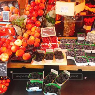 店に展示されている様々な果物や野菜の写真・画像素材[2361316]