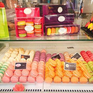 たくさんの種類の食べ物でいっぱいの店の写真・画像素材[2361325]