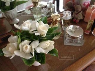 木製のテーブルの上に座っている花瓶の写真・画像素材[3434787]