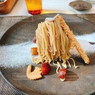 テーブルの上にケーキのスライスを入れた食べ物の皿の写真・画像素材[3829320]