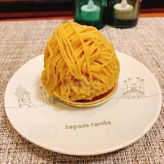 食べ物の皿をテーブルの上に置くの写真・画像素材[3834052]