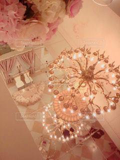 天井が鏡になっていて幻想的な披露宴会場の写真・画像素材[796292]