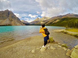岩のビーチに立っている人の写真・画像素材[798051]