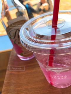 テーブルの上の赤ワインのガラスの写真・画像素材[956274]