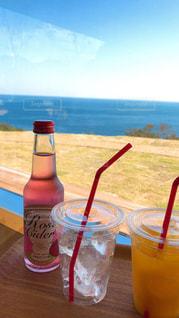 クローズ アップ ボトルとテーブルの上のビールのグラスの写真・画像素材[956282]