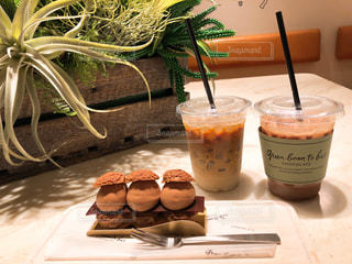 テーブルの上のコーヒー カップの写真・画像素材[956296]