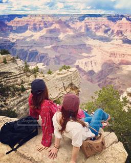 渓谷に座っている人々 のグループの写真・画像素材[1026479]