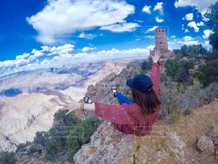 山の前に立っている人の写真・画像素材[1026484]