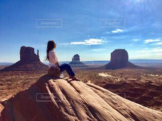 岩が多い丘の上に立っている人の写真・画像素材[1026513]