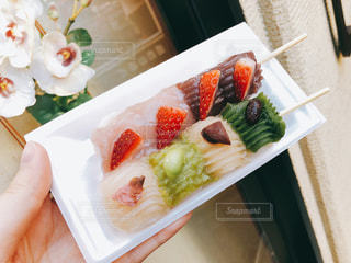 テーブルの上に食べ物のプレートの写真・画像素材[1523468]