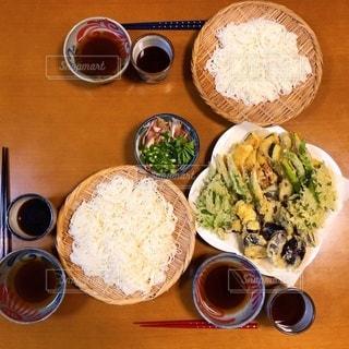 食べ物,食事,食卓,屋内,テーブル,野菜,皿,食器,たくさん,そうめん,料理,日本食,麺,器,和,お皿,ざる,食,天ぷら,素麺,薬味,めんつゆ