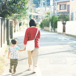 歩道を歩く人々のグループの写真・画像素材[2363795]