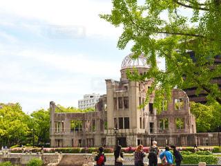 忘れてはいけません。広島は欧米からの観光客がとても多くなりました。写真に写っている彼等は、とても熱心にガイドの説明を聞いていました。の写真・画像素材[755115]