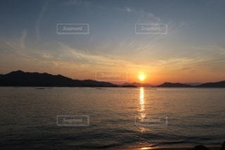 瀬戸内海に沈む夕日の写真・画像素材[3394367]