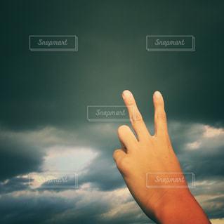 空,雲,手,曇り,ピース,チョキ,ジェスチャー