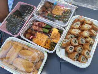 トレイの上に食べ物の種類でいっぱいのボックスの写真・画像素材[766847]