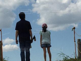 曇り空の前に立っている人々 のグループの写真・画像素材[965102]