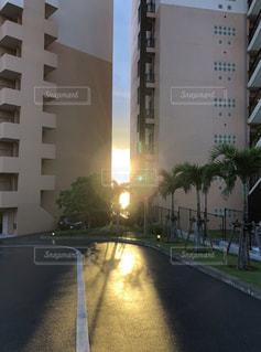 沖縄,道,未来,ホテル,夕陽,リゾート,夢,カフーリゾート,ポジティブ,目標,太陽の光,可能性,建物の隙間