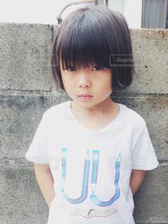 建物の前に立っている少年の写真・画像素材[1262861]