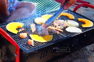 近くのテーブルの上に食べ物をの写真・画像素材[1224575]