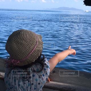 水の体の横に立っている人の写真・画像素材[899715]