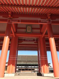 建物の前に大きな赤い椅子の写真・画像素材[907617]