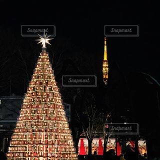 背の高い建物が夜ライトアップの写真・画像素材[918676]