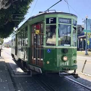 バス停に駐車されて緑色の電車の写真・画像素材[1005511]