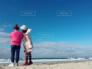 ビーチに立つ人々 のグループの写真・画像素材[1028933]
