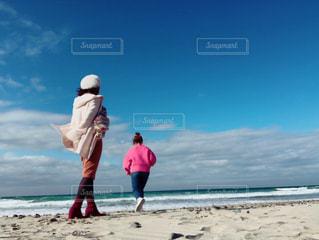ビーチの上を歩く人々 のグループの写真・画像素材[1104477]