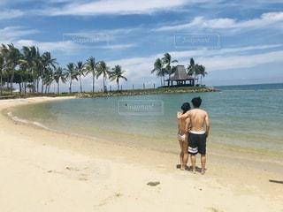 20代,海,空,夏,カップル,南国,ビーチ,後ろ姿,砂浜,水着,青い海,青い空,人物,背中,人,後姿,マレーシア,リゾート,GW,非日常