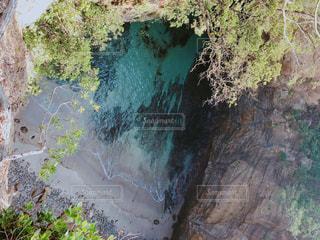 背景に木がある滝の写真・画像素材[2124241]